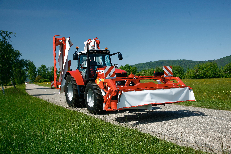 Working width: 3.11m – Transport width: 2.99m – Swath width: 1,3m –  Required power : 41kW – Attachment: DP – Weight: 0.888t. Kuhn