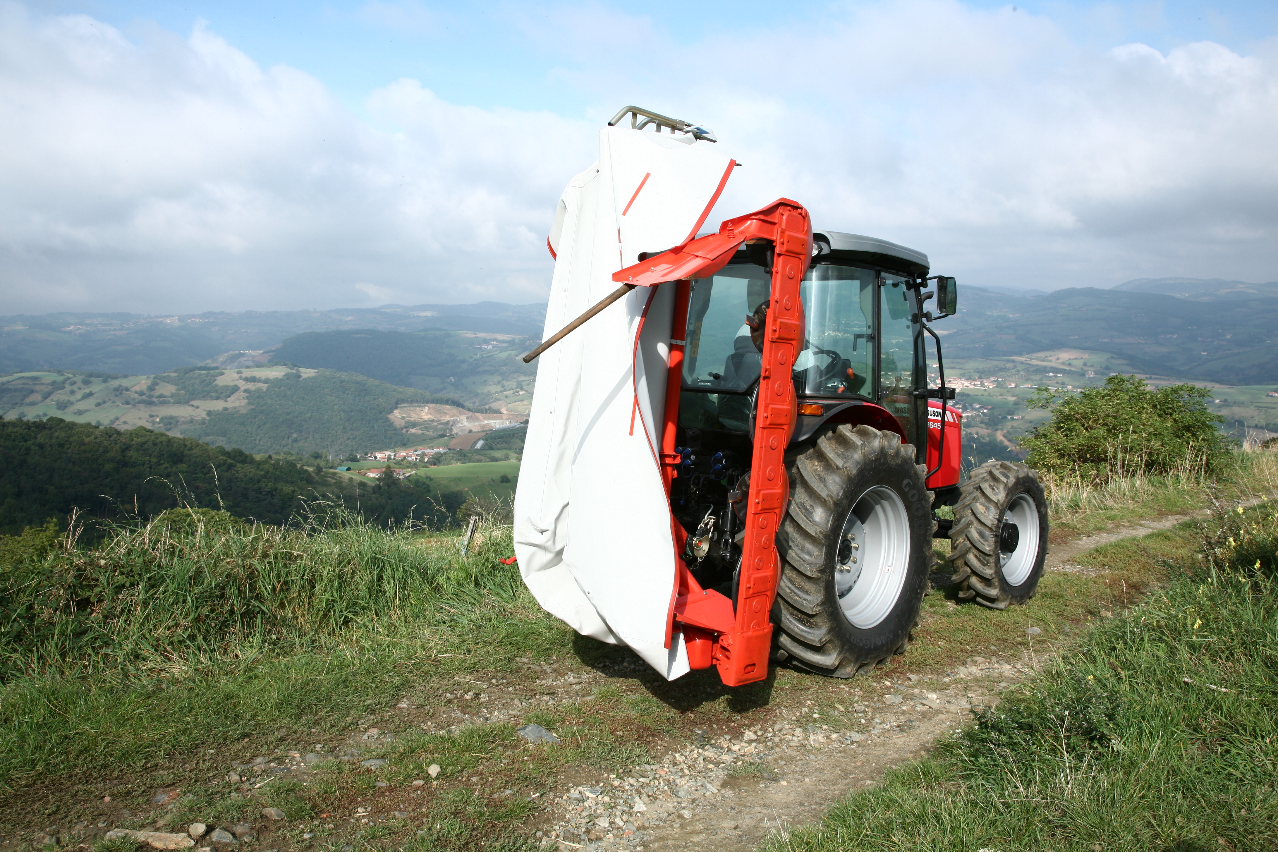 Working width: 2m – Swath width: 1,4m – Required power : 25kW – Capacity up  to approx.: 1,5-2ha/h – Attachment: DP – Weight: 0.405t. Kuhn
